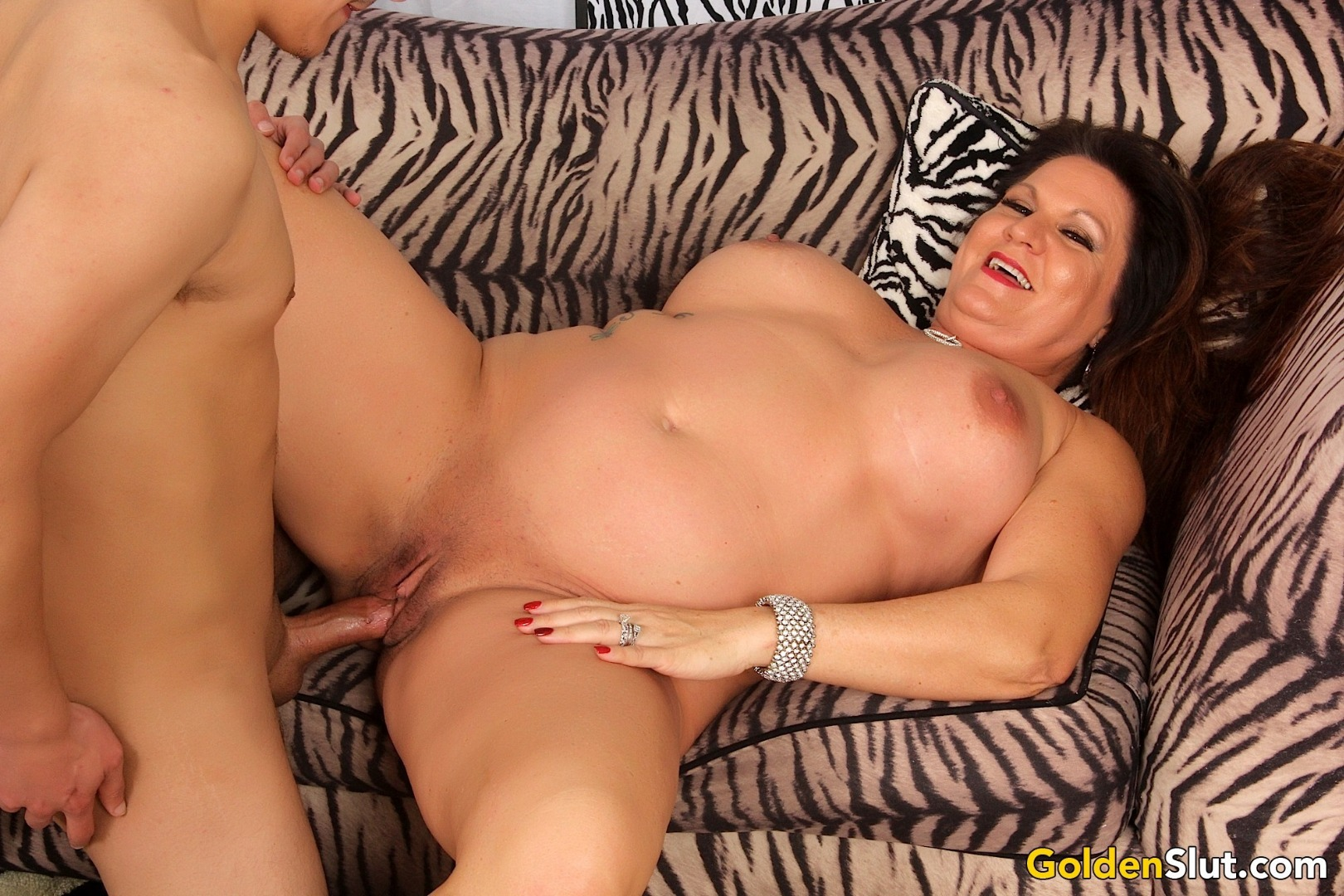 saggy tits nerd milf rides a endowed black lover in bed Mature slut Leylani Wood rides a younger dick #Mature #MatureWoman #Old #Hardcore #Brunette #Chubby
